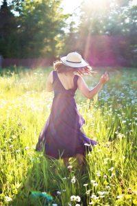 pretty-woman-in-field-820477_1280